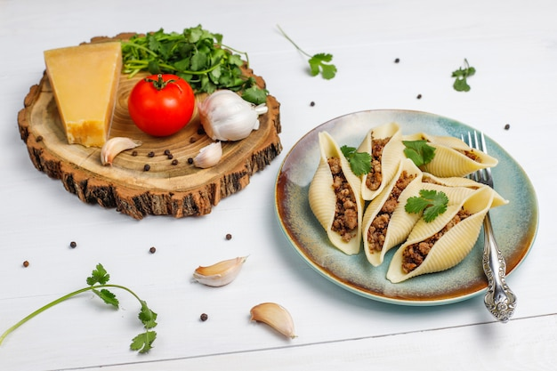 Massa italiana conchiglioni rigati recheada com carne.