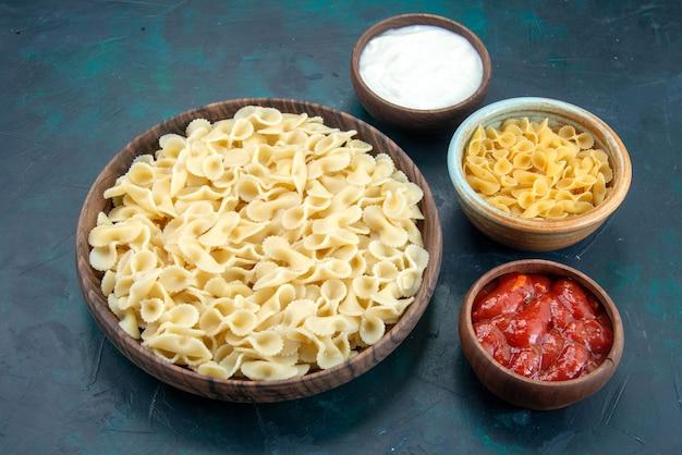 Massa italiana cozida com molho e molho na mesa azul
