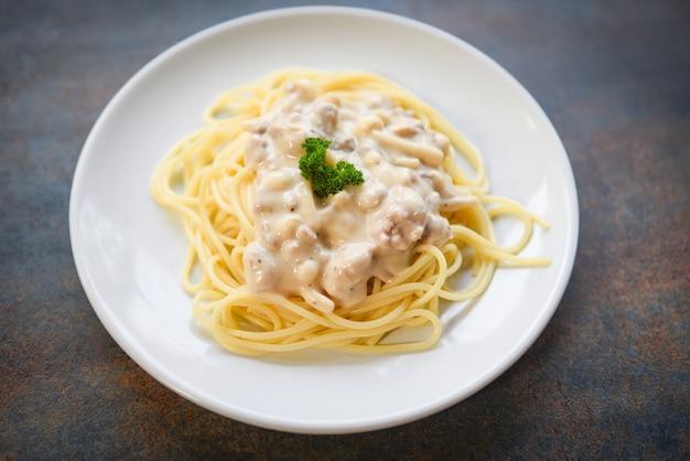 Massa italiana de espaguete servida em chapa branca com salsa no restaurante