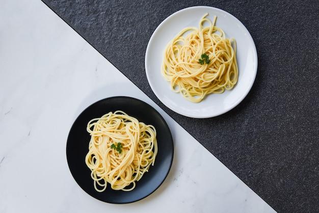 Massa italiana de espaguete servida no prato de comida e menu conceito