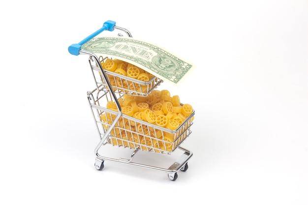 Massa italiana em uma cesta de supermercado do mercado com uma nota de dólar. produtos de farinha e alimentos na culinária