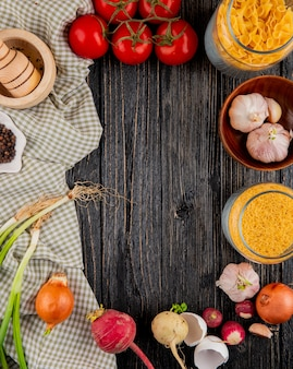 Massa italiana farfallini fellini alho tomate argamassa pimenta cebola no fundo de madeira top vie cópia espaço