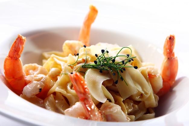 Massa italiana fresca servida com camarão