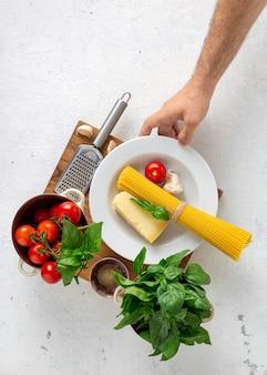 Massa italiana não cozida com ingredientes