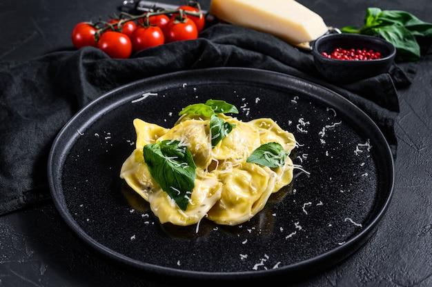 Massa italiana ravioli com queijo e manjericão. vista do topo