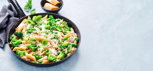 Massa italiana saudável com brócolis
