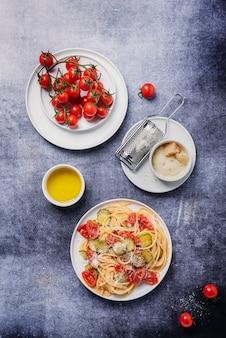 Massa italiana tradicional com tomate, abobrinha e parmesão