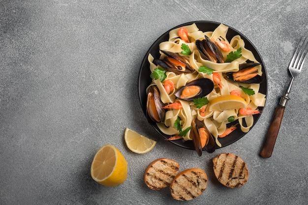 Massa italiana tradicional do marisco com moluscos espaguete alle vongole no fundo de pedra