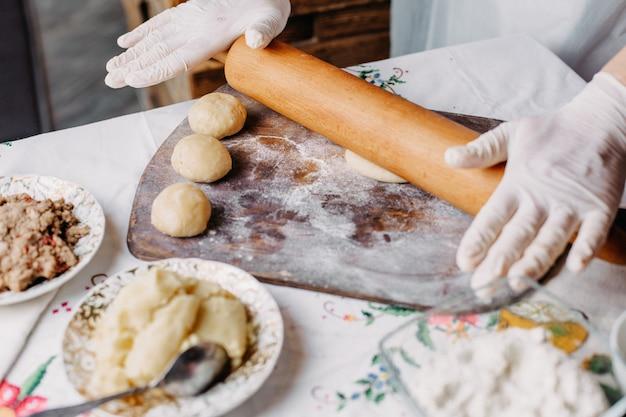 Massa massa refeição em processo de fazer massa cozinhar na mesa rústica de madeira marrom