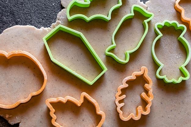 Massa para fazer pão de gengibre e corte de biscoitos para biscoitos
