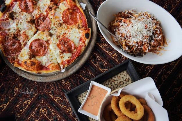Massa para pizza e anel de cebola em vista de cima