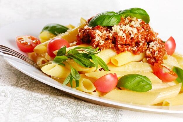 Massa rigatoni com molho de tomate e parmigiano reggiano