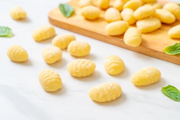 Massa tradicional italiana de nhoque crua - comida italiana