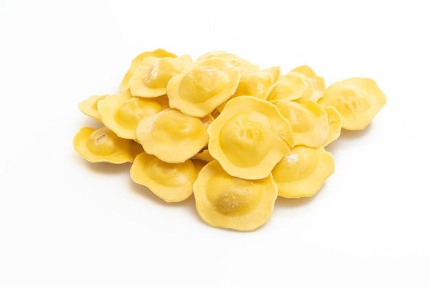 Massa tradicional italiana de ravióli isolada