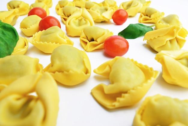 Massa tradicional italiana tortellini - estilo de comida italiana. tortellini italianos vistos de perto.