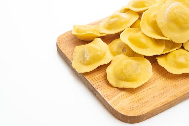 Massa tradicional ravióli italiana isolada no branco