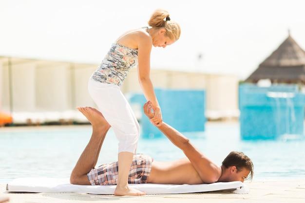 Massagem à beira da piscina
