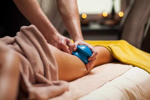 Massagem anti-celulite em um spa