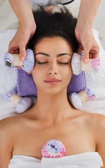 Massagem com ervas à bola no centro de bem-estar do spa ayurveda, vista superior