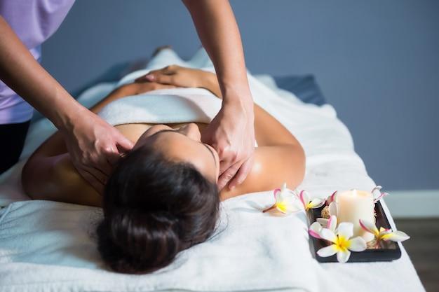 Massagem com óleo tailandês no spa do hotel