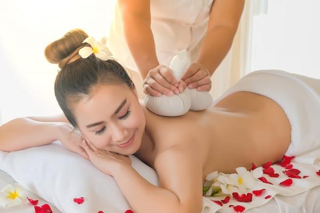 Massagem compressa de ervas é um pano que usa muitas ervas para embrulhar