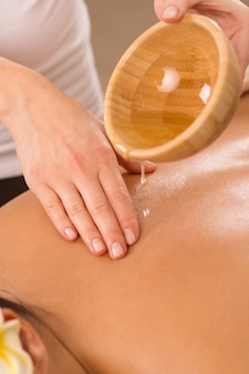 Massagem corporal com óleo