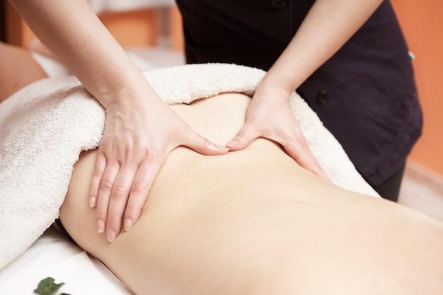 Massagem corporal no salão spa