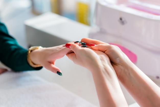 Massagem da mão na manicure