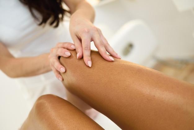 Massagem de beleza na perna em um salão de beleza.