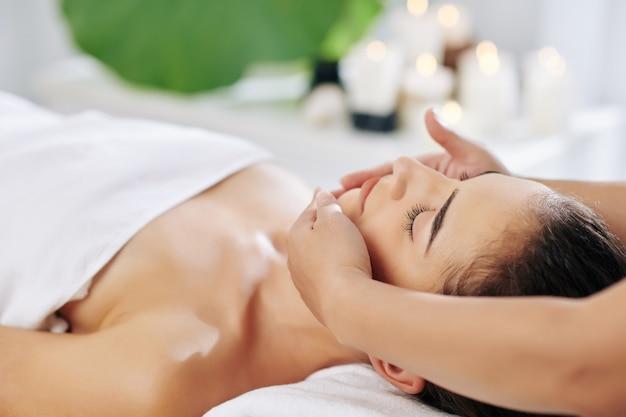 Massagem de levantamento facial