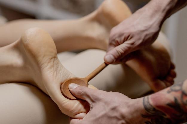 Massagem de pé humano em salão de spa