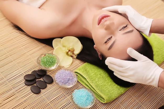 Massagem de rosto. close-up de uma jovem mulher, recebendo tratamento de spa.