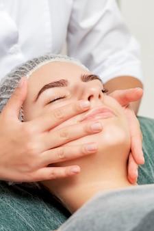 Massagem de rosto de mulher