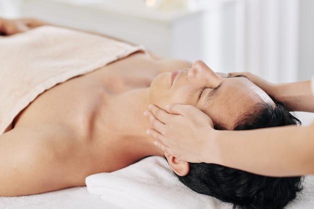 Massagem de rosto e cabeça