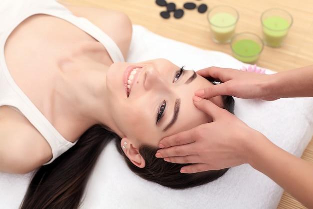 Massagem de spa. tratamento facial. salão de spa. terapia