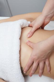 Massagem do ventre no clube spa