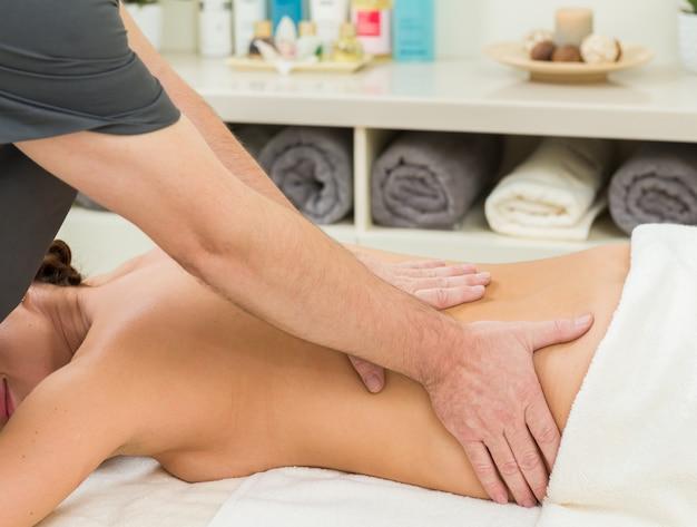 Massagem em uma mulher no salão spa