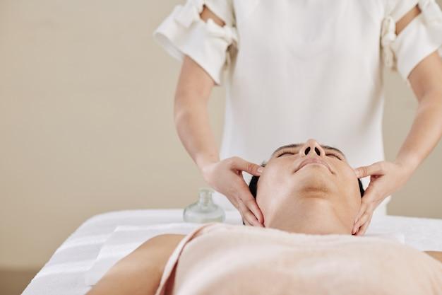 Massagem facial anti-envelhecimento