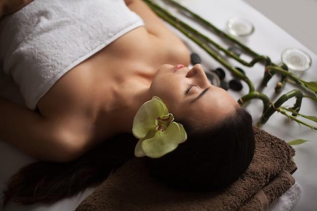 Massagem facial. close-up de uma jovem mulher, recebendo tratamento de spa.