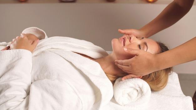 Massagem facial como uma maneira eficaz de retardar o processo de envelhecimento e obter uma pele mais saudável