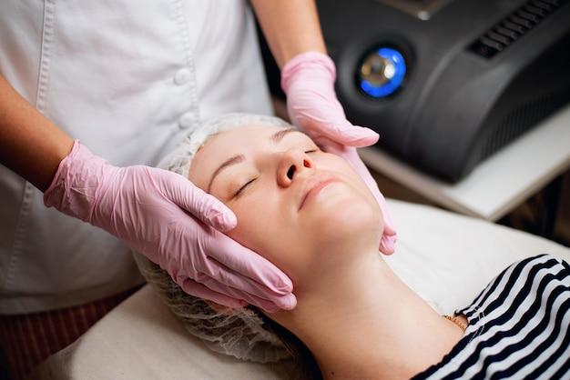 Massagem facial cosmética com médico