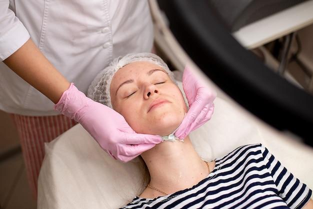 Massagem facial cosmética por um profissional médico