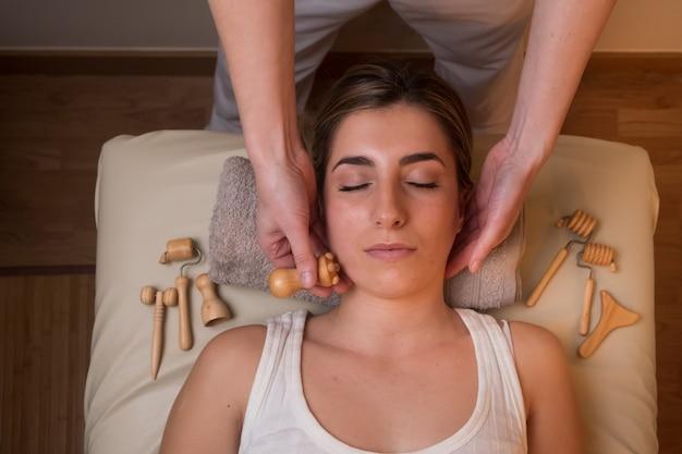 Massagem facial de drenagem linfática. conceito de tratamento de spa
