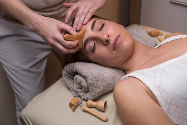 Massagem facial de drenagem linfática