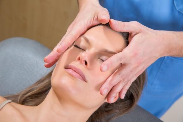 Massagem facial relaxante theraphy no rosto de mulher