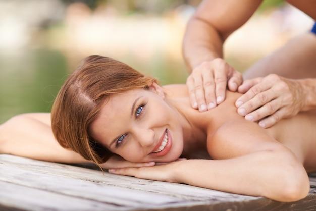 Massagem idílica em um cais
