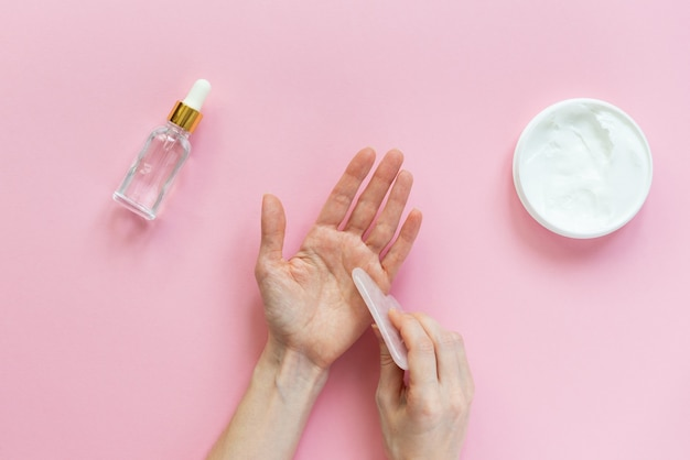 Massagem manual com raspador gua sha