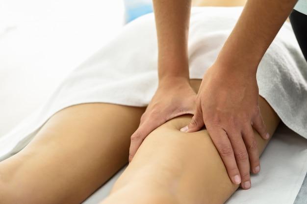 Massagem médica na perna em um centro de fisioterapia.