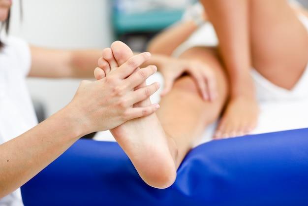Massagem médica no pé em um centro de fisioterapia.