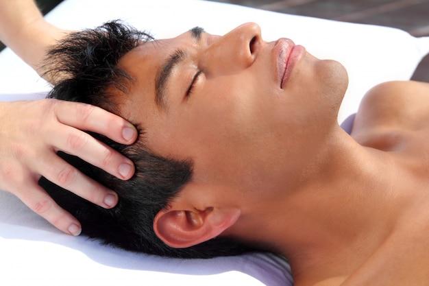 Massagem na cabeça dos chakras
